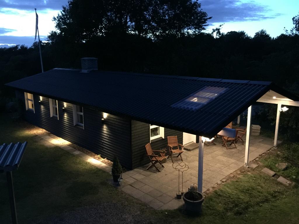 Ny facade og forlængelse af taget til at give et dejligt uderum.